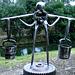 Le porteur d'eau - Sculpture avec des objets de récupération (2012)